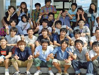 学校前で卒業記念写真