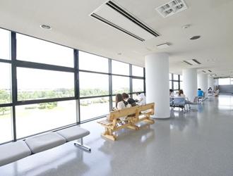 教習風景を見渡せる広い廊下
